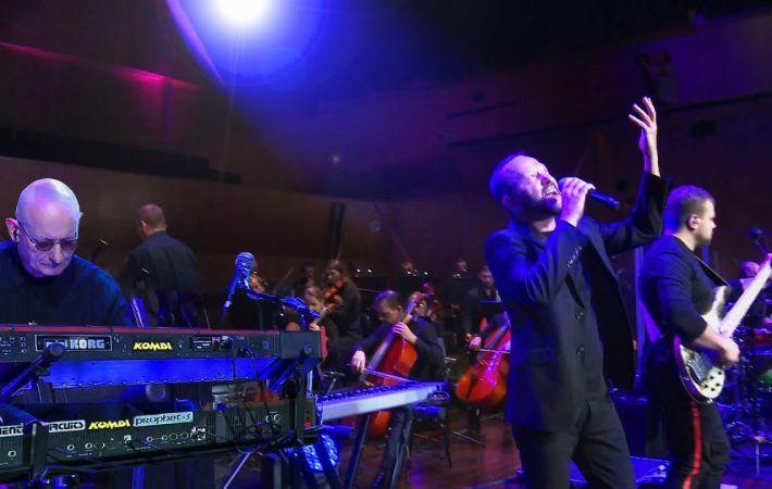 Zespół Kombi z Orkiestrą Symfoniczną wykonuje piosenkę Słodkiego Miłego Życia
